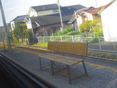 ベンチがイイ感じだった、狭いホームの三会駅。