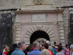 2時間半ほどで、Kotorにつきました。 国境越えはそれほど時間がかからなかった一方、Kotorに近づいたところで、街に入るのに、渋滞に捕まり、想定よりも30分くらいは遅かったでしょうか。 Dubrovnik側から来て、橋の手前右手に大きな駐車場があり、そこに車を止めて、Kotorの見物です。 というか、街に入るにもかなり人がいました。 月曜日なんだけど関係ないですね。
