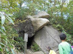 ガマ石。ご利益. 勝負運、仕事運、商売繁盛などのご利益がある。 女体山から御幸ヶ原方向に少しおりたところにガマガエルのように見える奇岩がある。その岩の口の中に小石を投げて入ると出世する。 ガマの油売りの口上はこの岩の前で生まれたそうな。小石入りました。