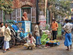 2006年2月、コルカタ(インド)。 サダル・ストリートの街角風景。 この前を通るたびにめがねをかけた愛想のいいリキシャマンが、笑顔を見せながら乗らないかと誘ってくる。