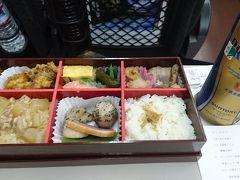 まずは温泉旅開始の儀式。東京駅で朝食の駅弁を購入し、車中で乾杯の練習。