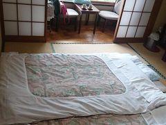 そしてチェックイン。長めのいいコンパクトなお部屋。布団が敷きっぱなしというのはポイント高し。