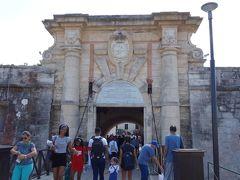 カバーニャ要塞の入り口。本当は外国人の入場料6CUCなんですが、この日はちょうど要塞の中がブックフェアの会場になっていて、要塞の見学が目当てだとしてもブックフェアの入場券で入場できました。1CUCもしないくらいだったような。