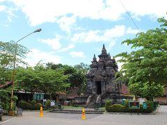 """その遊歩道を通り、10時30分、目指していた""""パウォン寺院""""(CANDI PAWON)に到着。  広場のようなところの中心にポツンとあり、""""たったこれだけ?""""という感じも漂ってくる寺院です。"""