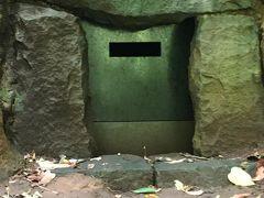 渓谷の東側崖面では、古墳時代末期から奈良時代にかけて構築された横穴墓が6基以上発見されています。  これは1973年に発見された3号横穴。埋葬人骨や副埋葬品も良好だったので保存処置がとられたそう。