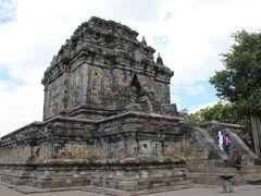 """さらに歩き、半ば崩壊した、いかにも由緒あり気な寺院の前に到着。  これが""""ムンドゥッ寺院""""(CANDI MENDUT)・・・。"""
