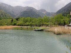 湖畔の宿 湯の家。この辺りは温泉の匂いがきついです。水が白く濁ってました。