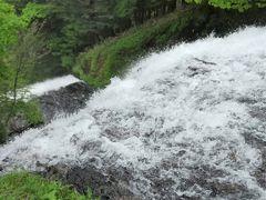 湯滝上。落ち口。雪解けなので水量が多いです。