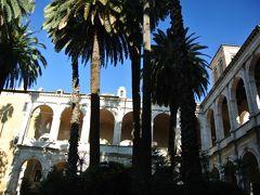 ヴェネツィア宮殿は中庭がちょっとエキゾチックな雰囲気の大きな建物です。  元々は枢機卿の住居だったそうで、その枢機卿がヴェネツィア出身者が選ればれていたので、このような名前がついたそうです。また、後年には実際にヴェネツィア大使館としても使われました。