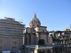 フォロ・ロマーノへ。  コロッセウムとフォロ・ロマーノは共通券です。