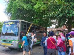ムンドゥッ寺院から宿までの道のり約3kmを汗だくになりながらも歩き、荷物をピックアップして、宿から1kmほど離れたところにある広場のような感じのバスターミナルへ。  端にある木陰に座ってしばらく待っていると、13時15分、ジョグジャカルタ行きのバスがやってきました。