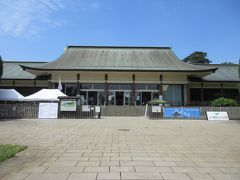 ビジターセンターで検温を済ませ入場です。 たてもの園の入口に建つ、カーブした屋根が美しい建物です。かつては皇居内に建っていましたが、現在は入場券売り場や展示場、ミュージアムショップが入っています。訪れた時は大銭湯展を行っていて、日本における入浴の歴史や銭湯の移り変わりなどを写真やパネル、昔描かれた絵画などを使って説明していました。