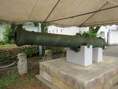 午砲 見学コース出発地点にあたるエントランス広場に保存されています。明治時代の初めから昭和の初めまで使用されていた、正午を知らせた大砲です。江戸時代に時を知らせた寺や城、町の鐘に比べ、空砲と言えども爆音を響かせる大砲は、利用され始めた時には、多くの人がびっくりしたことと思います。