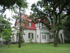 デ・ラランデ邸 1910年ごろに建築家デ・ラランデにより増築改造されました。外観から神戸市北野の建物に似ていると感じた通り、重要文化財トーマス家住宅も設計しました。神戸旅行を思い出す建物です。1階の白壁と円形テラス、2・3階の赤壁とうろこ屋根が特徴です。雨戸が緑色で明り取りの透かし彫りが可愛らしかったです。