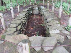 瀬戸岡1号墳 7世紀後半に造られた古墳があきる野市で発見されました。移築した際に崩れないように固めたようですが、使われている石はどれも丸みを帯びた石です。説明板に墳丘はなく河原石を用いた地下式横穴と記されていました。5mほどの縦で素朴な印象です。建物だけではなくこのような歴史を学べる物が随所に展示してあるのでゆっくり見ると面白いです。