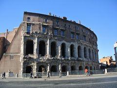 マルチェッロ劇場はローマ時代の劇場の上に、16世紀に住居の建物が  付け加えて建てられた建物です。