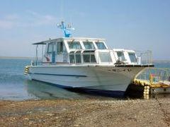 キャンプ道具を撤収し、まずは尾岱沼(野付半島)に向かいます。 尾岱沼では別海町観光船のレインボー号に乗って野付湾クルーズです。野付湾から野付半島のトドワラまでの往復でトドワラでは約1時間の自由時間があります。 (写真は別海町観光船のサイトhttp://www.aurens.or.jp/~kankousen/index.htmlより拝借しました)