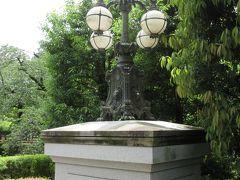東ゾーンに入ると皇居正門石橋飾電燈がありました。明治時代に皇居正門の石橋に設置されていた飾電燈です。4基の電球を支える電燈の柱には菊の御紋や獅子頭が描かれ、柱の土台には獅子の足が形どられています。これまで明治村や昭和記念公園、東京芸術大学などで同様の電燈を見てきましたが、どれも力強さが感じられる電燈です。