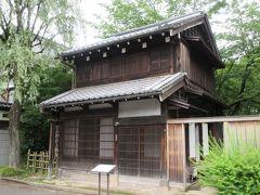 子宝湯の隣に仕立屋があります。1879年に建てられた出桁造りの町屋です。親方と弟子の仕事場を再現した奥の六畳間は興味深いものでした。裁ち台、布地、鯨尺、つりあい棒に通された着物など再現してありました。建物だけではなく仕事でどのように使われ生活していたかが想像できるのが江戸東京たてもの園の面白さです。