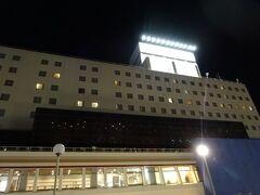 ホテルに着いたのは5時30分頃 万代シルバーホテル 場所は繁華街にありバスセンターの目の前で好立地 ホテル専用の駐車場がないので契約駐車場に止めて少し歩きました