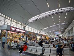 【ベトジェットを利用して、ホーチミンからホイアンへ移動だよぉ~】  タンソンニャット空港の国際線ターミナルから国内線のターミナルまでは、歩いて2-3分の距離となります。
