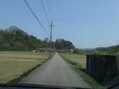 14:25 この細い道の先にホテルがあります。