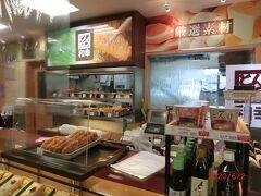 和幸のとんかつ弁当は安い。 隣のたごさくの三色弁当は美味しいが高い。
