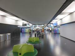 早朝の空港はまだまだガラガラでした