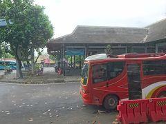 """バスは各停留所に停まりつつ、中間地点で10分ほどの休憩をはさみながら、ジョグジャカルタに向かって進んでいきます。  そして出発から1時間半後の15時、ジョグジャカルタのジョンボル・バスターミナル近くの路上で他の多くの乗客とともに下車。  このバスはジョンボル・バスターミナルが終点ではないらしく、ターミナルの中までは入ってくれないようでした。  他の降車客とともに交通量の多い大通りをタイミングを見計らって渡り、ジョンボル・バスターミナルの中にある市内バス""""トランスジョグジャ""""(TRANS JOGJA)の停留所へ。  この""""トランスジョグジャ""""に乗り換えて、市内中心部を目指します。  【トランスジョグジャ路線図~Yogyakarta (Jogja) backpacker's guide】 https://www.yogya-backpacker.com/wp-content/uploads/2015/06/Map_route.jpg"""