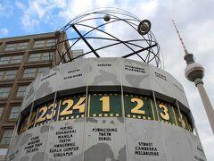 世界時計にアプローチ。 一番上が平壌なのは東ドイツのお国柄だね。