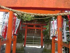 朱色の鳥居が幾つか本堂と直角に向いて並んでる久下稲荷神社です。 この右に集会所の建物と神主さんの住まい?がある。