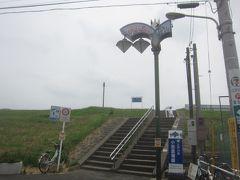 駅から歩いて2、3分もすれば江戸川の土手に到着