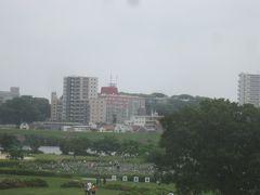 土手に上ると・・・ 河川敷に見えるのが小岩菖蒲園です