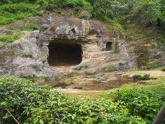 瑞泉寺 庭園  岩盤を彫刻的手法によって庭園となした「岩庭」らしいけれど凡愚にはただの穴にしか見えませぬ。