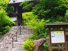 次いで覚園寺  一二一八年、北条義時公の薬師如来信仰により建てられた大倉薬師堂が、覚園寺のはじまりです。  とHPにある。
