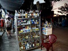 【古都:ホイアンの夕暮れ】  おお、なぜに、酒をこんな感じで売るんかぇ~?独特のスタイルですねぇ...