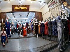 【古都:ホイアンの夕暮れ】  洋服屋がなぜかたくさんある通りですねぇ...