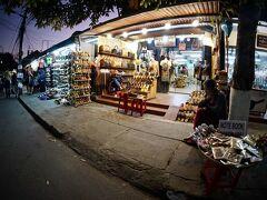 【古都:ホイアンの夕暮れ】  小さなお店がたくさんあります。この辺りは、まだ旧市街の入口で、車やバイクがガンガン走っています...  PS) 以下の時間帯は、旧市街地への車やバイクの通行止めが実施されるとの事。 9:00-11:00/15:00-22:00(冬場は21:30まで)