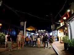 【古都:ホイアンの夜を歩く】  お店が(かなり観光化されていてモダンで綺麗なところが多いので)明るいので....