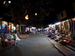 【古都:ホイアンの夜を歩く】  さらに、夜の街中を歩き回って見ます。