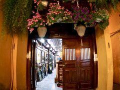 【古都:ホイアンの夜を歩く】  絵画屋(ギャラリー)だと思いますが、店構が素敵過ぎます~