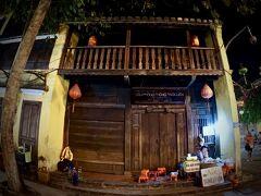 【古都:ホイアンの夜を歩く】  このお店は入口が閉ざされています...(お店ではなく普通の民家というケースもあります)  家全体が、こういう造りなのは、年を通して気候が安定している...?ということでしょうか.....