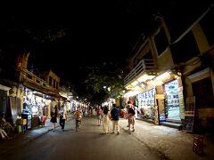 【古都:ホイアンの夜を歩く】  街灯が全然ないので、道は真っ暗なのですが...