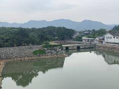 萩城の天守閣石垣からお堀を望む。