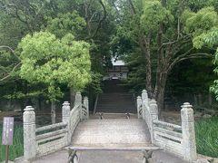 万歳橋(ばんせいばし)。指月公園内の志都岐山神社前の庭池に架かる石橋です。 もともとは藩校明倫館にあったもの。