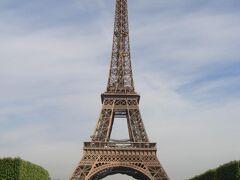 エッフェル塔で記念撮影。