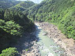 保津峡という山間の渓谷があり、自然が美しい場所です。  電車の車窓から見ることが出来ます。