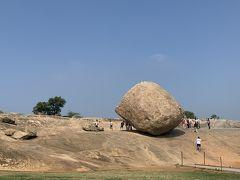 そして個人的ハイライト、クリシュナのバターボールが公園の中に突如あらわれます。巨岩が坂の途中で一時停止してしまったシリーズ、ミャンマーのゴールデンロック(チャイティーヨーパゴダ)のシンプル版といった感。