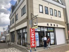 前回はこちら https://4travel.jp/travelogue/11627139  美瑛駅に一番近い松浦商店で電動アシスト自転車を借ります。  1h 600円 アシストなしだと1h 300円  駅前には数店レンタサイクルの店がありますが、価格はどこも同じ 観光地にしては良心的な価格だと思いますよ。  美瑛は坂が多いのでアシストが無難です。  https://www.biei-hokkaido.jp/ja/experience/matsuura-shop/