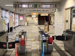 時間的に空港までの路線バスはまだ運行しておらず、県庁前駅まで歩いてゆいレールで空港へ。 今年から交通系ICカードが利用できるようになったのはとても便利です。 全くその気はないようですが、琉球バスなど沖縄県内の路線バスも早く対応してもらいたいものです。